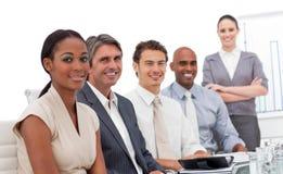 Multiethnisches Geschäftsteam, das an der Kamera lächelt Stockbilder