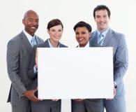 Multiethnisches Geschäftsteam, das weiße Karte anhält stockbild