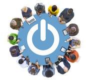 Multiethnisches Leute-Social Networking mit Energie-Symbol lizenzfreies stockbild