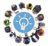 Multiethnisches Leute-Social Networking mit Innovations-Konzepten Lizenzfreie Stockfotos