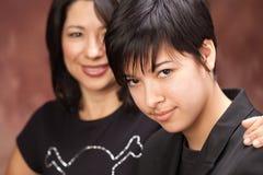 Multiethnisches Mutter-und Tochter-Portrait stockbilder