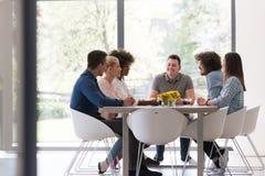Multiethnisches Startgeschäftsteam auf Sitzung Stockfoto
