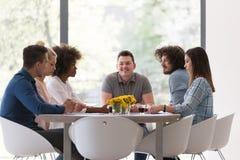 Multiethnisches Startgeschäftsteam auf Sitzung Lizenzfreie Stockfotos