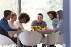 Multiethnisches Startgeschäftsteam auf Sitzung Lizenzfreie Stockfotografie