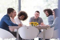 Multiethnisches Startgeschäftsteam auf Sitzung Stockbilder