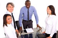 Multiethnisches Team während einer Sitzung lizenzfreie stockfotos