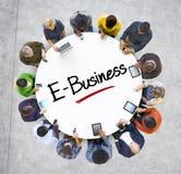 Multietnisk grupp av affärsfolk med E-affär Arkivbild
