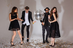 Multietnisk grupp av attraktiva glade ungdomarsom tillsammans dansar royaltyfria foton