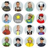 Multietnisk grupp av barn med dröm- jobbbegrepp Arkivfoton