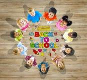 Multietnisk grupp av barn med tillbaka till skolabegreppet Royaltyfri Foto