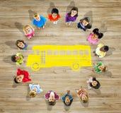 Multietnisk grupp av barn med tillbaka till skolabegreppet Arkivfoton