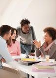 Multietnisk grupp av högskolestudenter som tillsammans studerar Arkivbilder