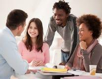 Multietnisk grupp av högskolestudenter som tillsammans studerar Royaltyfri Fotografi