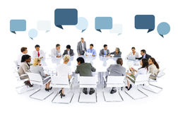 Multietnisk grupp av möte för affärsfolk royaltyfri bild