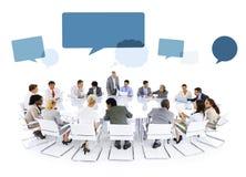 Multietnisk grupp av möte för affärsfolk Arkivbild
