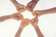 Multietnisk grupp av stående händer för ung samarbetsteamwork tillsammans teamworkbegrepp arkivfoton
