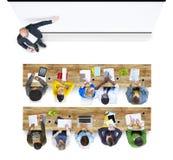 Multietnisk grupp av studenten Studying i foto och illustration Arkivbilder