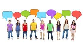 Multietnisk grupp av tonåringar med anförandebubblor fotografering för bildbyråer