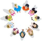 Multietnisk grupp av ungar som ser upp Arkivfoto