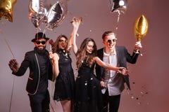 Multietnisk grupp av ungt le folk som dansar och har partiet Fotografering för Bildbyråer