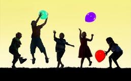 Multietnisk grupp gladlynta spela Conce för barnungelycka Arkivbild