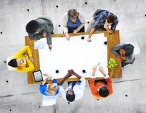 Multietnisk grupp människor i diskussion arkivfoton