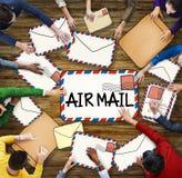 Multietnisk grupp människor med flygpostbegrepp Arkivfoto