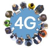 Multietnisk grupp människorSocail nätverkande med 4G Arkivfoton