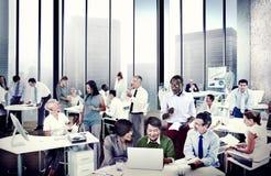 Multietnisk grupp människor som arbetar i kontoret Royaltyfri Bild