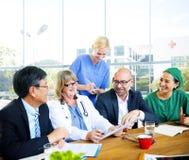 Multietniska doktorer som möter på sjukhuset Arkivbilder