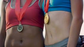Multietniska flickor som tar överkantställen i mästerskapet, internationell konkurrens lager videofilmer