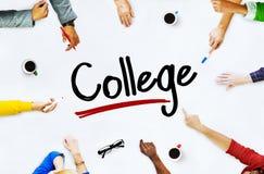 Multietniska grupp människor- och högskolabegrepp arkivbild