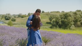 Multietniska par som kysser i lavendelfält lager videofilmer