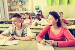Multietniska studenter som tillsammans studerar Royaltyfria Foton