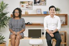 Multietniskt affärsfolk på kontoret royaltyfri foto