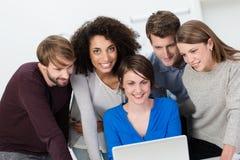 Multietniskt affärslag som arbetar i kontoret Arkivfoton