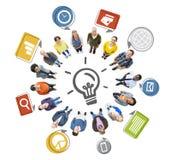 Multietniskt folk som bildar cirkel- och innovationbegrepp Royaltyfri Foto