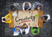 Multietniskt folk som diskuterar om kreativitet fotografering för bildbyråer
