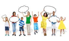 Multietniskt gruppfolkanförande bubblar begrepp Arkivfoton