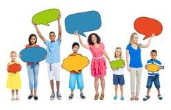 Multietniskt gruppfolkanförande bubblar begrepp Royaltyfria Foton