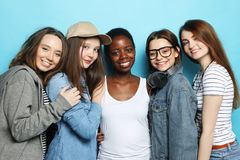 Multietniskt kamratskap och folkbegrepp arkivfoto
