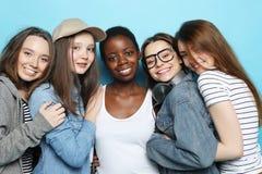 Multietniskt kamratskap och folkbegrepp royaltyfri fotografi