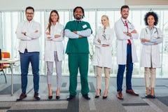 Multietniskt lag av doktorer i sjukhuset som ser kameran royaltyfria bilder