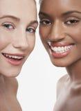 Multietniskt le för unga kvinnor royaltyfria foton