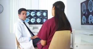 Multietniskt medicinskt lag som har en diskussion Royaltyfria Bilder