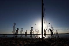 Multiexposition strandvolleyboll på solnedgångnjutningbegreppet royaltyfri fotografi
