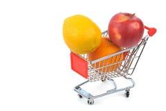 Multifruit na cesta de compra imagem de stock