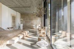 Multifunctional sovrum i villa arkivfoton