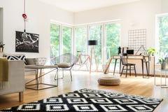 Multifunctional vardagsrum med workspace royaltyfri foto