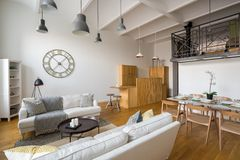 Multifunctioneel huisbinnenland met mezzanine royalty-vrije stock foto